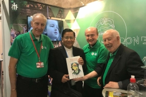O cardeal Charles Maung Bo visitou o stand salesiano